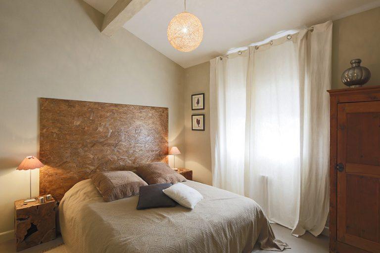 Ouvrant au sud, cette chambre est équipée d'un lit en 160.