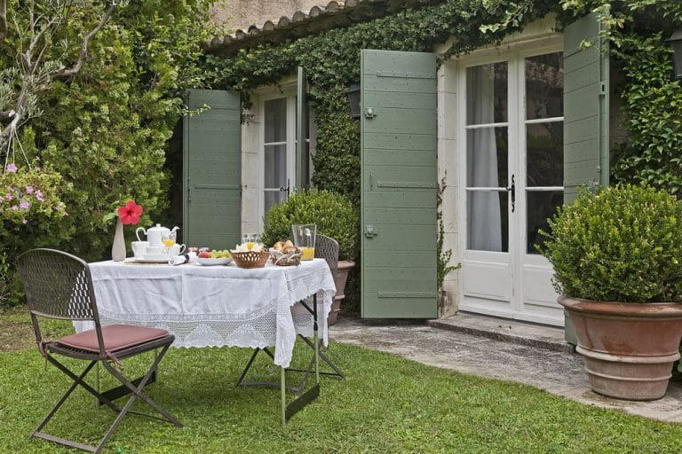 dejeuner dans le jardin dans cette sompteuse propriete a saint remy de provence