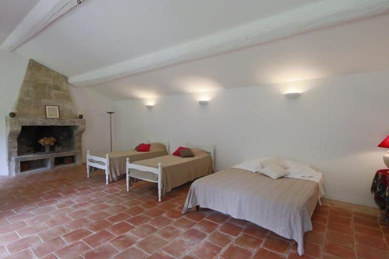 grand dortoir avec cheminee pour les enfants saint remy de provence