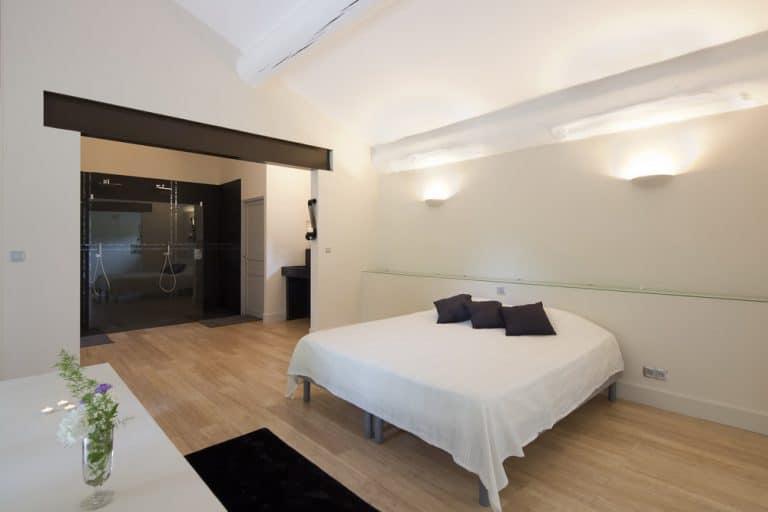 grande chambre avec salle de bain privative saint remy de provence