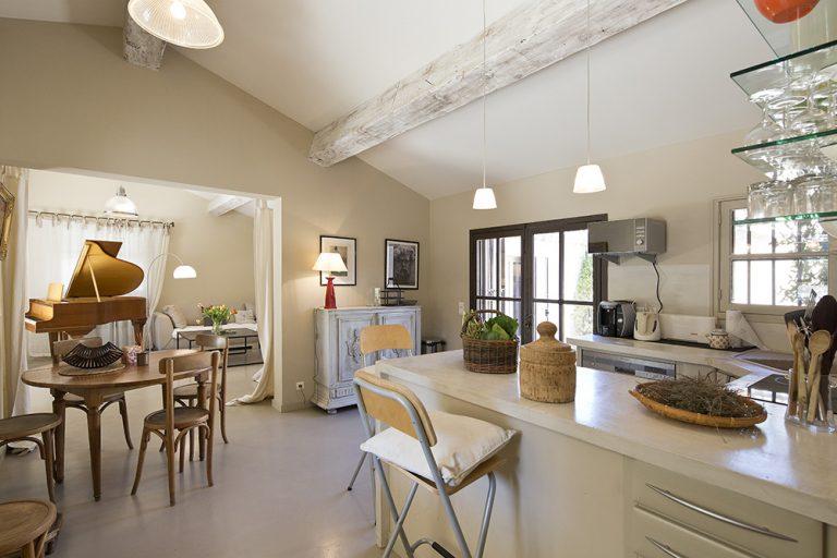 Le salon donne sur une cuisine en open space