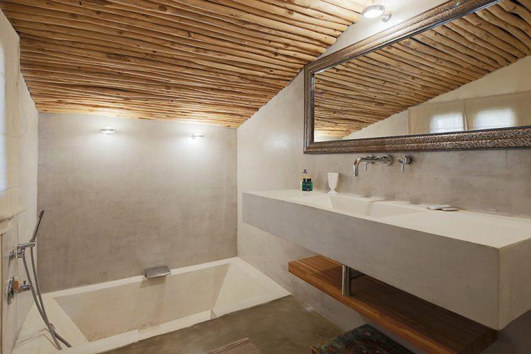 Elle partage une salle de bain et de douche à l'italienne et un WC indépendant
