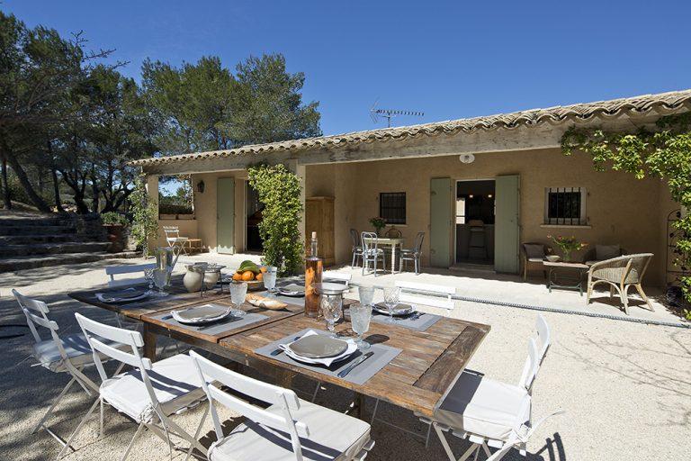La terrasse propose un accès plain-pied sur une salle à manger d'été qui donne en pleine nature.