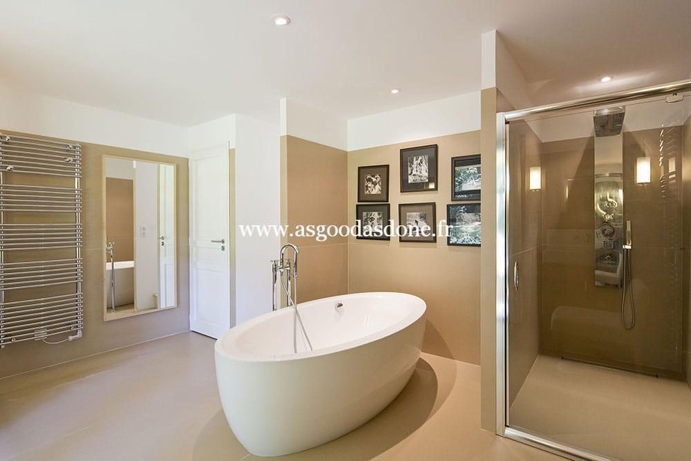 Salle de bains baignoire et douche modele salle de bain for Salle de bain avec jacuzzi et douche